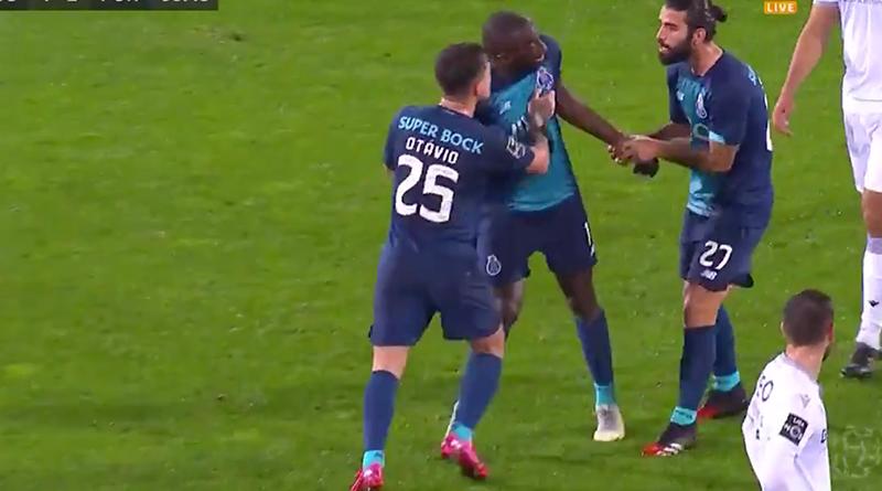 Vreselijke beelden uit Portugal: FC Porto-spits wordt racistisch bejegend en krijgt geen steun van teamgenoten