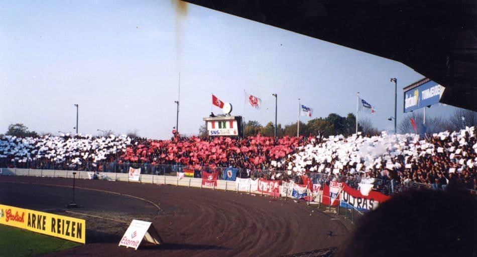 Een sfeeractie in de jaren 90 van de ultras van FC Twente.